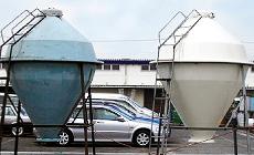 (左)未塗装の飼料タンク (右)塗装した飼料タンク エサガードプライマー+エサガード隼クールクリームを塗装